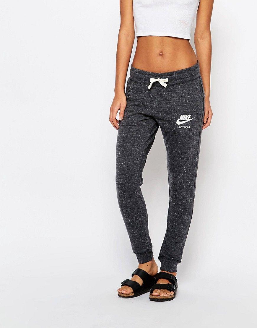 Nike Pantalon   Jogging Gym Vintage en olive femme. Veste Femme Nike  Sportswear Gym Vintage Pantalon Survêtement Noir écru 8f5b9cbbe67